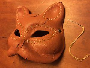 レザーマスクを縫う