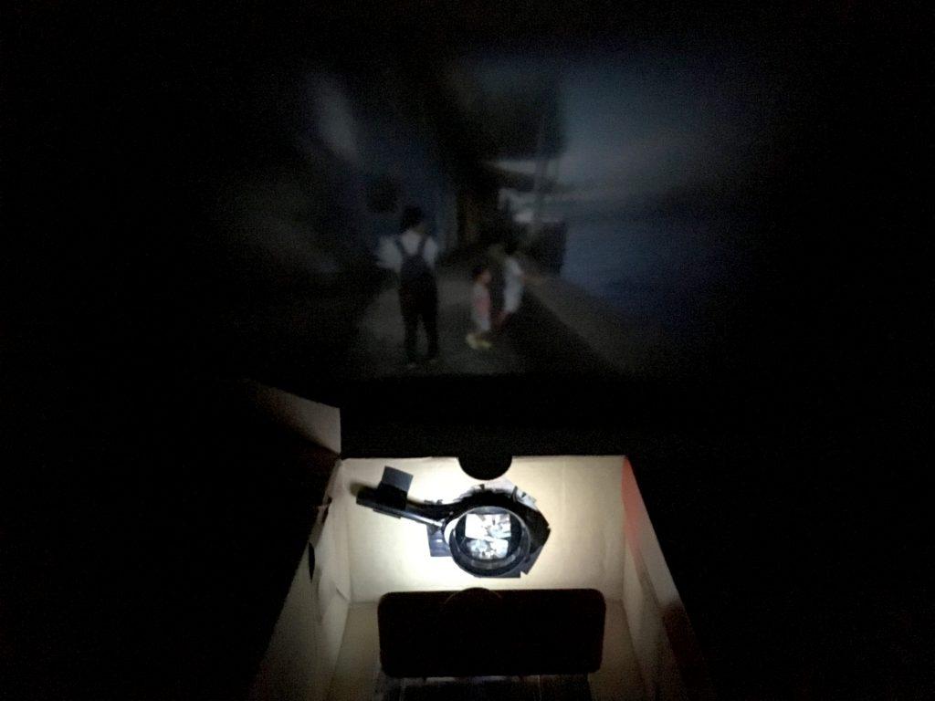 壁にスマホの映像を投影